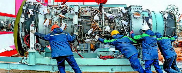Загрузка турбины ГТЭ-25ПА в машинный зал энергоцентра «Уса»